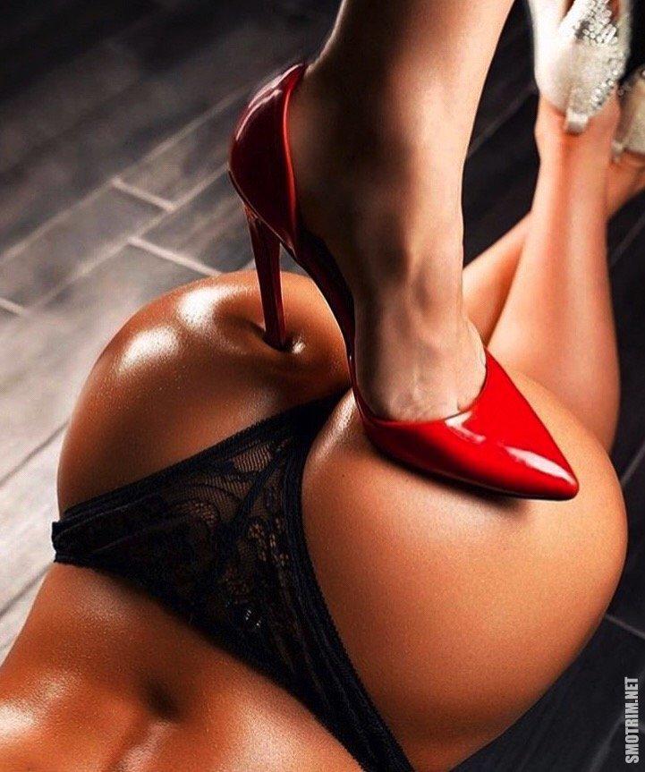 Попки красивые на каблуках, мужчины мнут и целуют женскую грудь видео